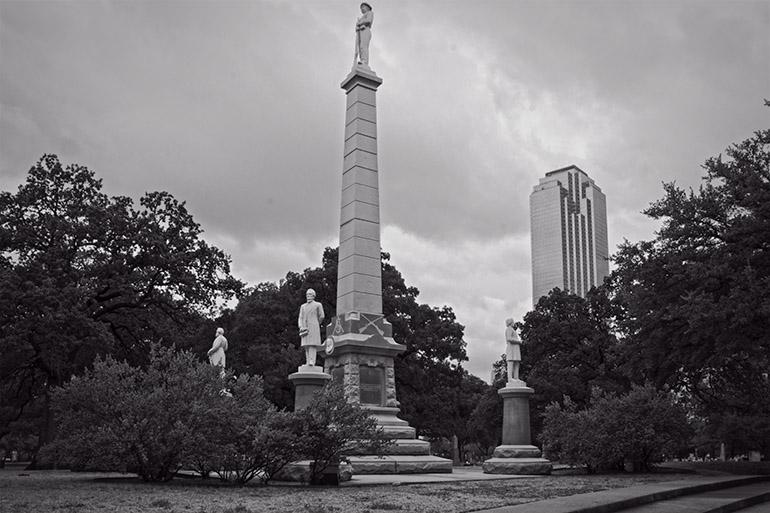 Cerca de la Plaza Pionero en Dallas Texas se encuentra este monumento a los Confederados.