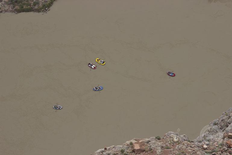 Río abajo los rafters continúan su travesía por el Gran Cañón.